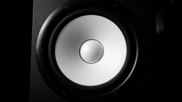 stockvideo's en b-roll-footage met close-up van de bewegende moderne sub-woofer op de opnamestudio. witte ronde audio speaker pulserende en vibrerende van geluid op lage frequentie. werk van high fidelity luidspreker membraan. slow motion - geluidsopname apparatuur