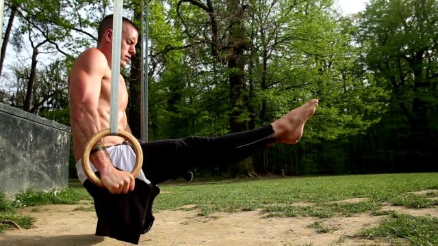 Nahaufnahme des Muskel Mann macht handstand am Gymnastikringe – Video