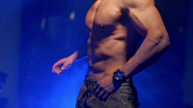 Bидео Close up of muscular man