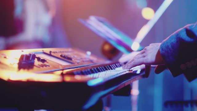 vidéos et rushes de fermez-vous vers le haut de la main de musicien jouant le paino - synthétiseur