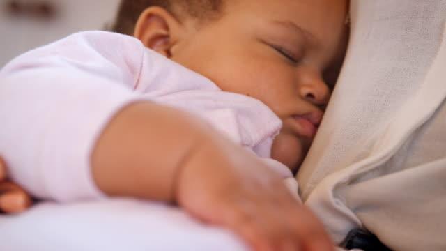 närbild på nya mor gos sovande baby flicka i plantskolan hemma - baby sleeping bildbanksvideor och videomaterial från bakom kulisserna