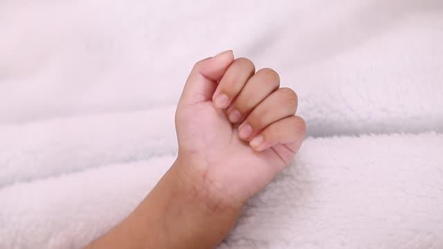 vidéos et rushes de gros plan de main de bébé nouveau-né - 0 11 mois