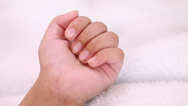 close up of newborn baby hand - giuntura umana video stock e b–roll