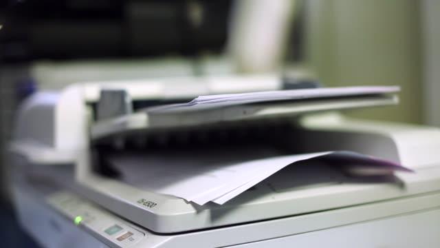 vídeos y material grabado en eventos de stock de cierre de escáner de papel de oficina en servicio - escáner plano