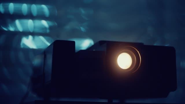närbild av gamla foto diaprojektor - diabild bildbanksvideor och videomaterial från bakom kulisserna