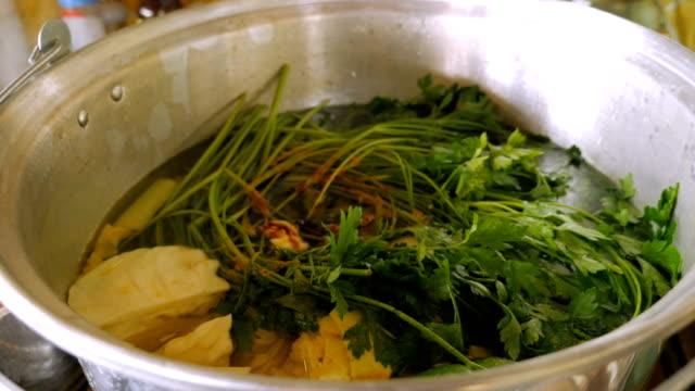 vídeos y material grabado en eventos de stock de primer plano de las hierbas de perejil en una olla grande de sopa de pollo - pascua judía