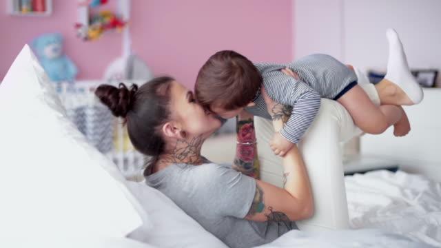 息子と遊び心のある母のクローズ アップ - 持ち上げる点の映像素材/bロール