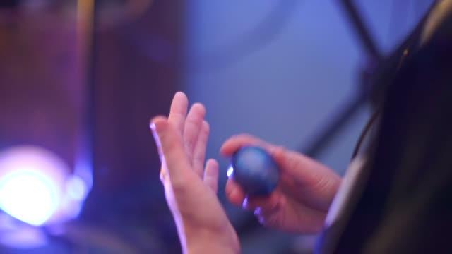 vidéos et rushes de gros plan de jouer un shaker instrument de musique - instrument à percussion
