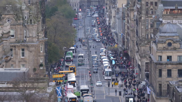 vidéos et rushes de 4k : close up de princes street à édimbourg, écosse - car