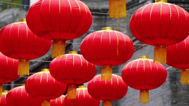 close up of red chinese lantern hanging - китайский фонарь стоковые видео и кадры b-roll