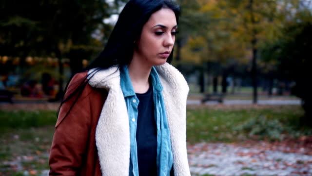 vídeos y material grabado en eventos de stock de cerca de triste mujer solitaria - moda de otoño
