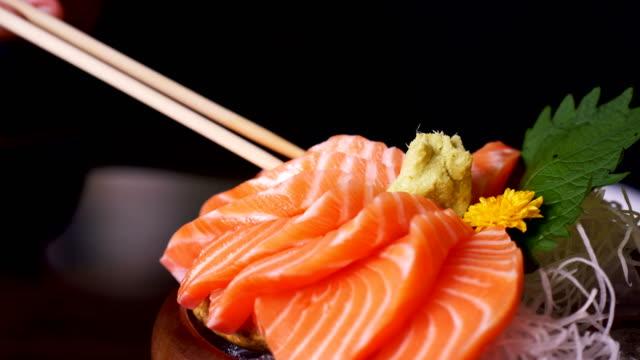 日本のレストランで刺身サーモンのクローズ アップ ビデオ