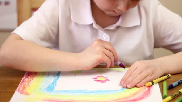 スクールガールのクローズアップ写真の描画レインボー ビデオ
