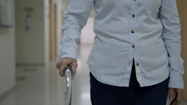 vídeos y material grabado en eventos de stock de primer plano del paciente de la tercera edad en el hospital caminando con un baston - geriatría