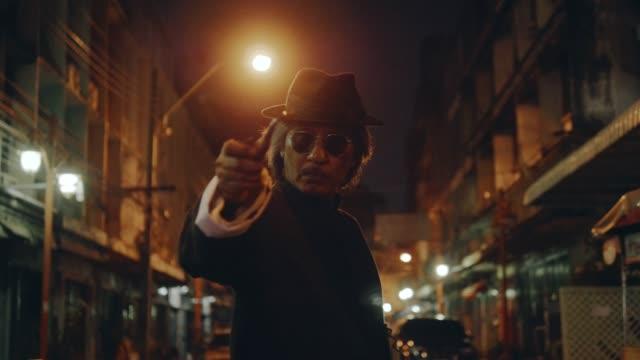 närbild av allvarliga maffian skådespelare - kriminell bildbanksvideor och videomaterial från bakom kulisserna