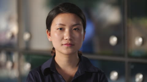 vidéos et rushes de gros plan de sérieux jeune femme chinoise en slow motion, 4k - portrait