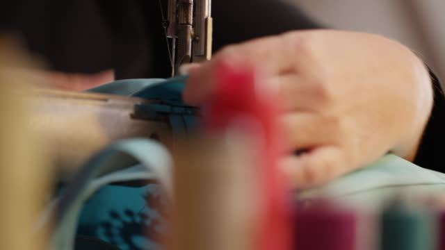 vídeos de stock e filmes b-roll de close up of sewing with sewing machine - economia circular