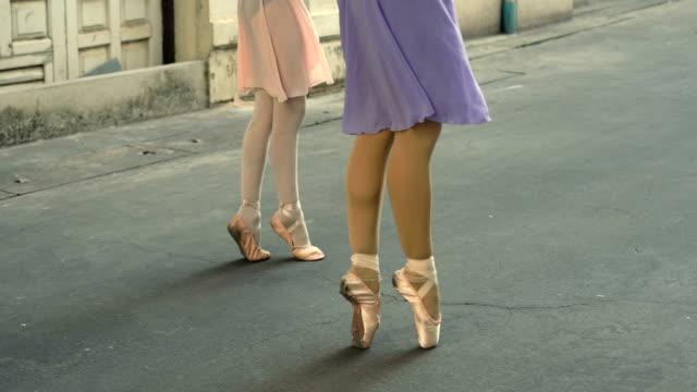 nahaufnahme der schuhe ballerina tanzen entlang der straße - ballettschuh stock-videos und b-roll-filmmaterial
