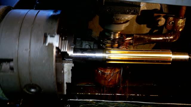 stockvideo's en b-roll-footage met close up van steekbanken proces - metaalbewerking
