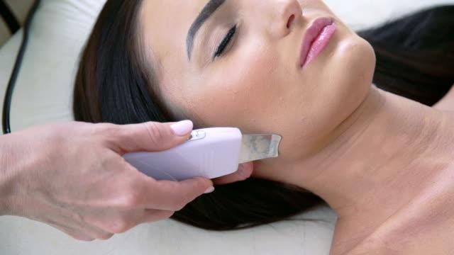 Cerca de la elegante mujer en procedimiento en salón de belleza - vídeo