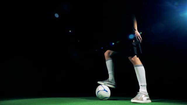nahaufnahme der fußballspieler, tricks zu machen und den ball dribbeln. 4k. - geköpft stock-videos und b-roll-filmmaterial