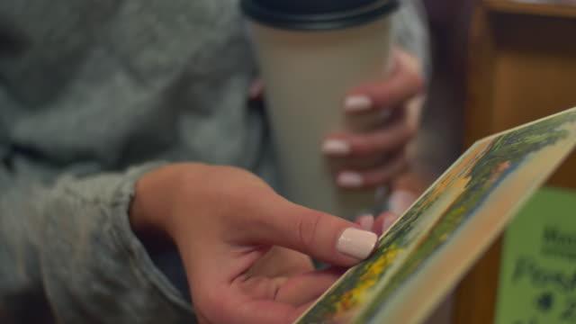 vidéos et rushes de gros plan de quelqu'un à la recherche dans une boîte d'anciennes cartes postales - carte postale