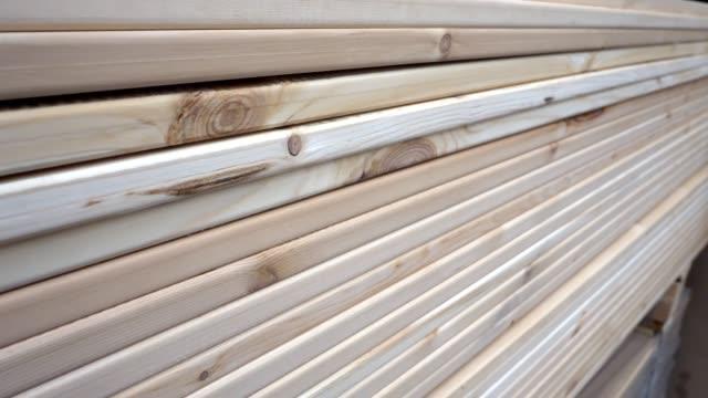 vídeos y material grabado en eventos de stock de primer plano de las pilas tablones de madera almacenados en la ferretería, placas de corte terminadas - material de construcción