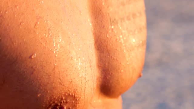 nahaufnahme der tätowierte mann brust - nackter oberkörper stock-videos und b-roll-filmmaterial