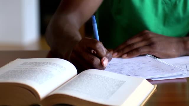 zbliżenie teen's ręce pisanie zadanie domowe zadania - praca domowa filmów i materiałów b-roll