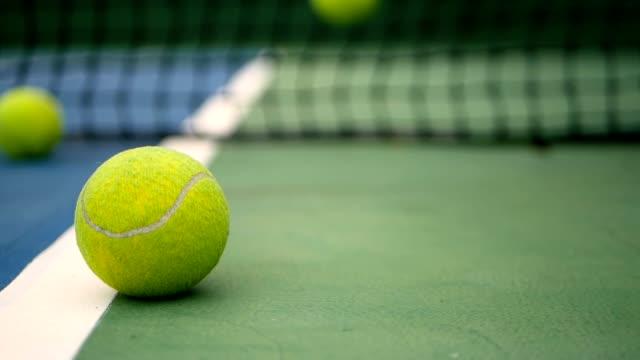 vidéos et rushes de gros équipement de tennis sur le court. concept sport, de loisirs. - lieu sportif