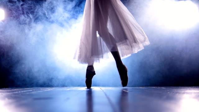 nahaufnahme des mädchens in spitzenschuhen tanzen. kein gesicht. slow-motion. hd. - ballettröckchen stock-videos und b-roll-filmmaterial