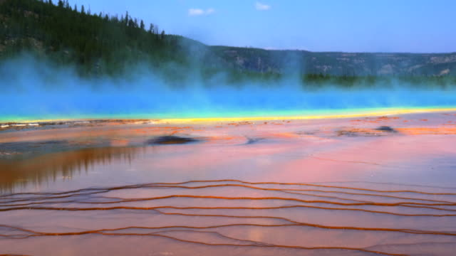 stockvideo's en b-roll-footage met close up van de grand prismatic zwembad in yellowstone - yellowstone national park