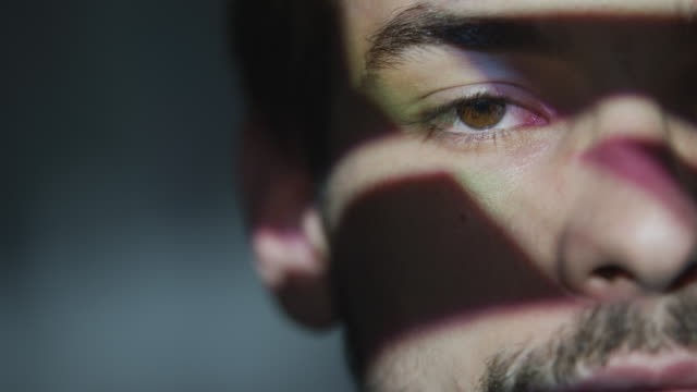 投射到一個男人身上的光的特寫 - 投射 個影片檔及 b 捲影像
