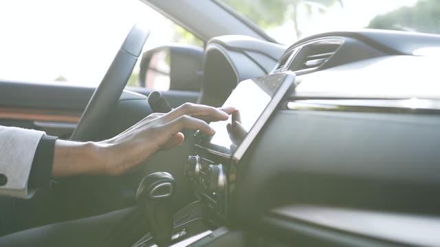 vídeos de stock e filmes b-roll de close up of the male hand using touch screen monitor on black vehicle - ecrã tátil