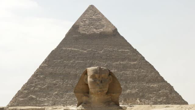 sfenks khafre içinde belgili tanımlık geçmiş vasıl giza piramidi ile yakın çekim - unesco stok videoları ve detay görüntü çekimi
