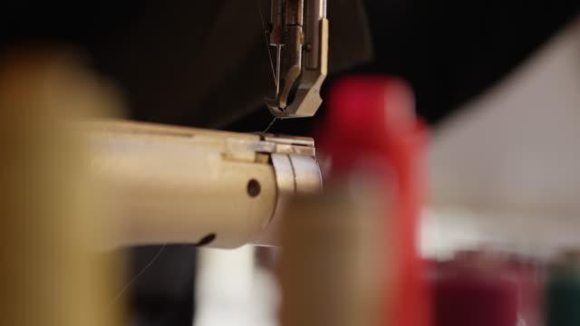vídeos de stock e filmes b-roll de close up of thread and sewing machine needle - economia circular