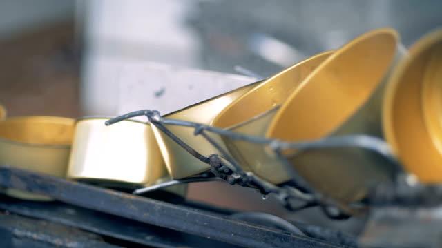 nahaufnahme von blechdosen bewegt sich eine drahtgebundene und umdrehen - aluminium stock-videos und b-roll-filmmaterial