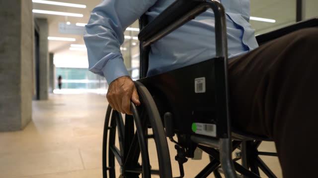vidéos et rushes de fermez-vous vers le haut de l'homme méconnaissable sur le fauteuil roulant à l'hôpital - personne non reconnaissable