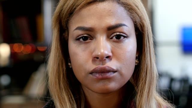 stockvideo's en b-roll-footage met close up van overstuur triest jonge zwarte vrouw - vrouw verdrietig