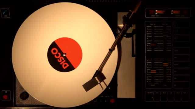 primo primo del disco in vinile sul giradischi dj 4k. - disco audio analogico video stock e b–roll