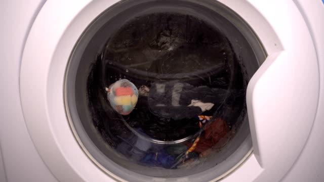 nahaufnahme der waschmaschinentür - waschmaschine wand stock-videos und b-roll-filmmaterial
