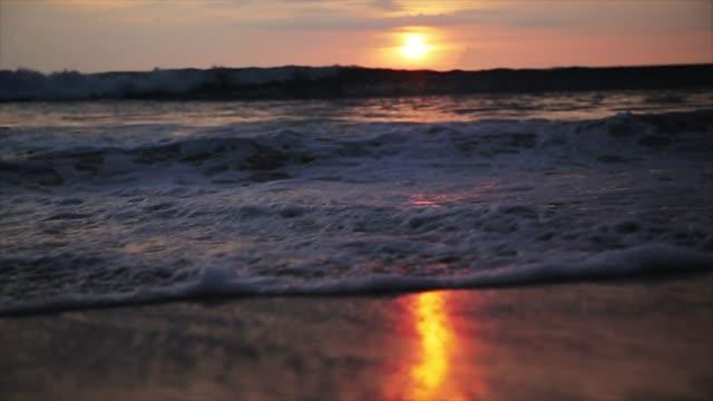 閉じるを波ローリングをサンディ ビーチ日没時 - サムイ島点の映像素材/bロール