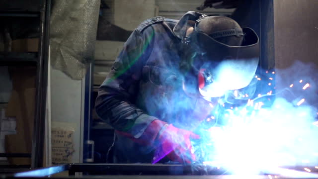 nahaufnahme von schweißer arbeiten in slow mo - aluminium stock-videos und b-roll-filmmaterial