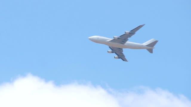 青い空に渡して白い貨物飛行機のクローズ アップ - 飛行機点の映像素材/bロール