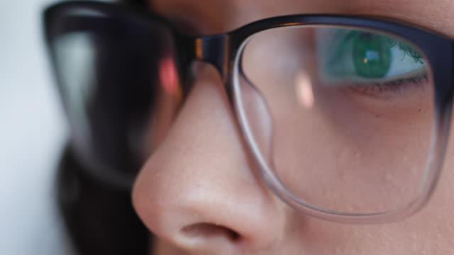 stockvideo's en b-roll-footage met close-up van de ogen van de vrouw met leesbril tijdens het werken - bril brillen en lenzen