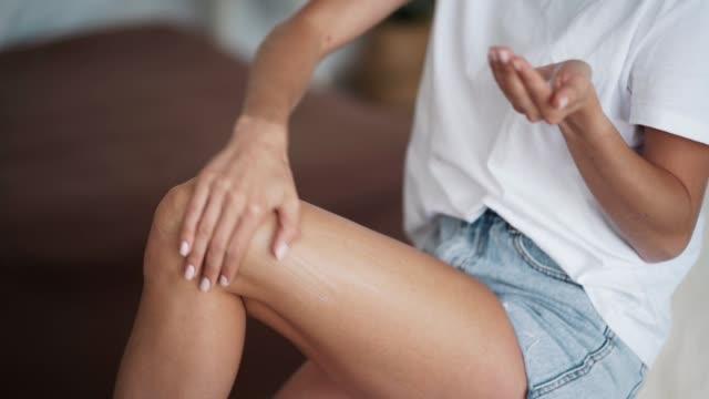 närbild av kvinnan händer applie anti-celluliter grädde på benet - ben bildbanksvideor och videomaterial från bakom kulisserna