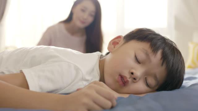 stockvideo's en b-roll-footage met close up van jonge aziatische moeder lacht & haar zoon wakker in de ochtend - aziatische etniciteit