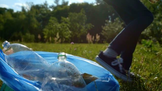 ゴミ箱屋外掃除若い環境保護論者のクローズ アップ - 生態系点の映像素材/bロール