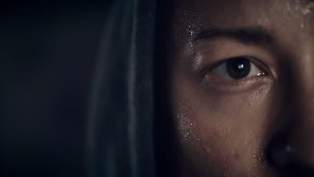 närbild av ung mans ansikte svettning - svett bildbanksvideor och videomaterial från bakom kulisserna