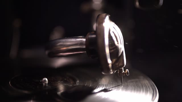 primo passo vecchio lettore di vinile. l'ago si trova su un disco rotante di un grammofono vintage. - disco audio analogico video stock e b–roll